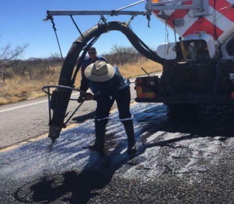 Trabaja SCT en mantenimiento de carretera a Parral