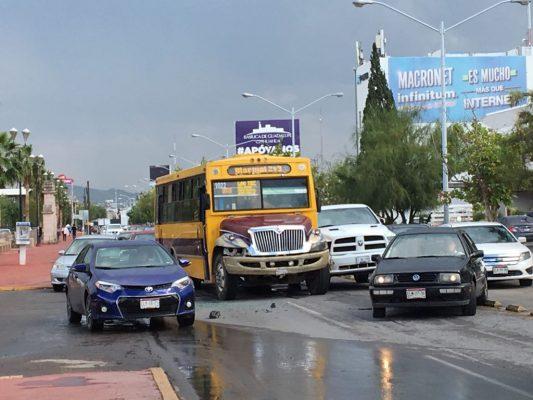 Invade carril y ocasiona carambola sobre la Avenida Universidad