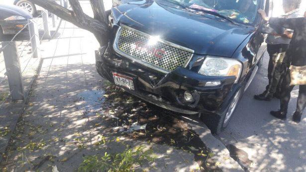 Se impacta camioneta contra árbol en el canal