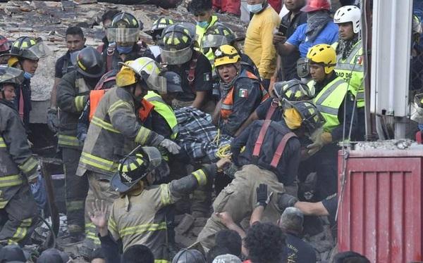Suman al menos 142 muertos tras terremoto en México; continúan los rescates