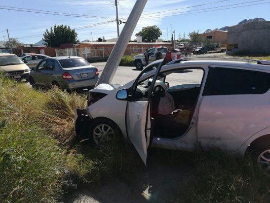 Pierde el control del volante y se impacta contra poste en Villa Juárez