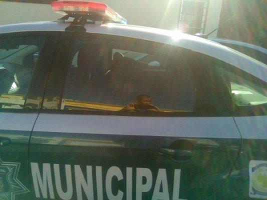 Arresta Policía Municipal a sujeto por apedrear vehículos en la Santo Niño