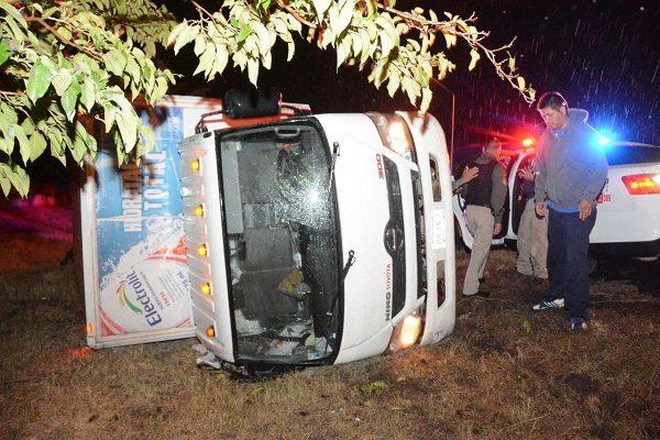 Vuelca camión repartidor en la Sacramento tras derrapar
