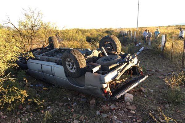 Resultan tres personas lesionadas tras volcadura