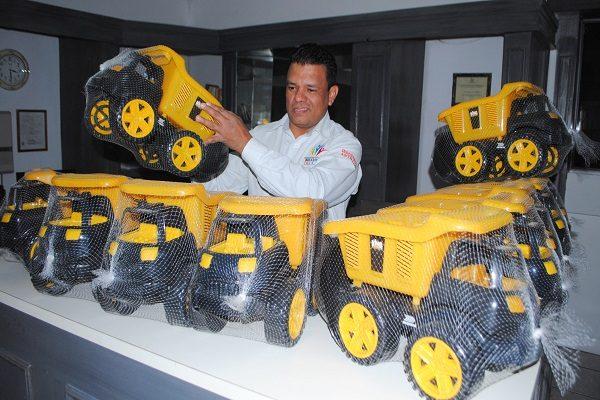 Reciben primeros juguetes en donación de Delicias