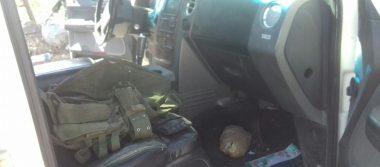 Aseguran en pick up abandonada equipo táctico y armamento