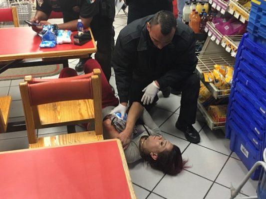 Hombre baleado alcanza a refugiarse en un Oxxo