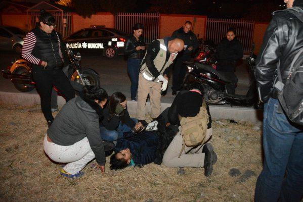 Caen jovencitas de motoneta tras impacto en camellón de Lombardo Toledano