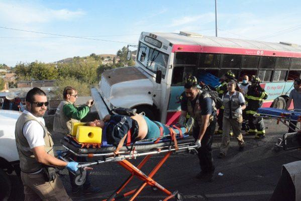 Camionazo deja 17 heridos; por poco cae en desnivel