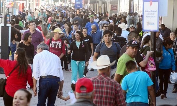 Chihuahuenses abarrotan la calle Libertad por El Buen Fin