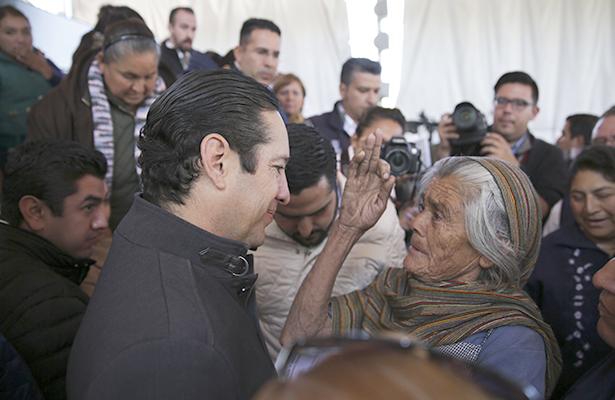 Pancho Domínguez entregó certificados de vivienda