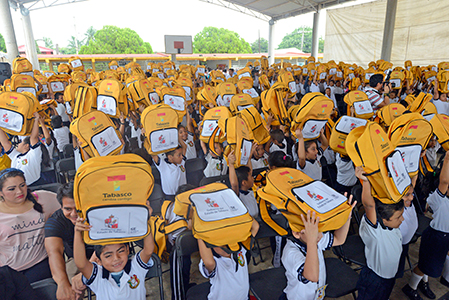 Entrega ANJ útiles escolares en Centla