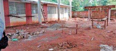 A medias construcción de cancha techada