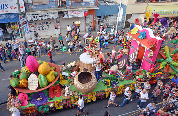 """Centro se llevó el tercer lugar con su carro alegórico nombrado """"Mercado de Villahermosa""""."""