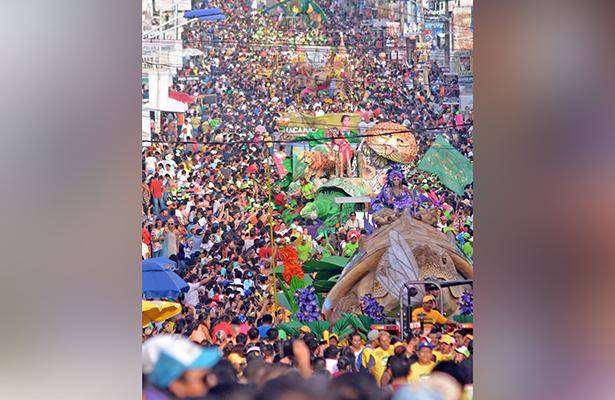 Las familias tabasqueñas se dieron cita como cada año para disfrutar del tradicional desfile de carros alegóricos, en un ambiente lleno de fiesta y alegría los presentes gritaban porras a su embajadora favorita.