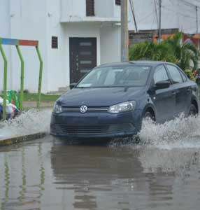 Continúan entre agua en Brisas del Carrizal