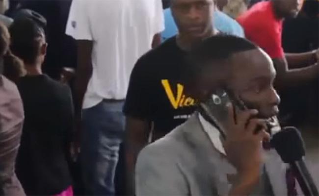 Un predicador africano llama por teléfono a Dios
