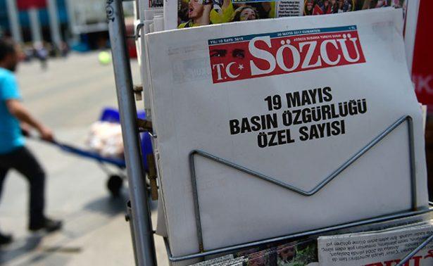 Diario turco protesta con edición en blanco en sus páginas
