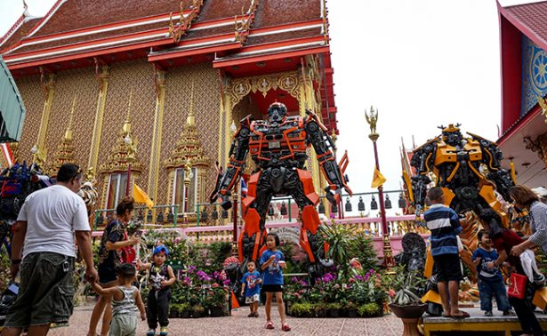 Superhéroes de metal invaden templos budistas en Tailandia