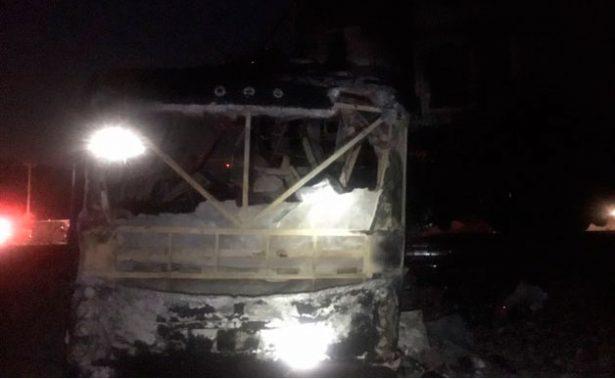 Autobús se incendia al ser impactado por tren en NL