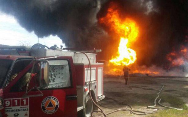Se incendia casa donde almacenaban huachicol, en Puebla