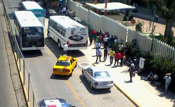Normalistas secuestran autobuses en Oaxaca