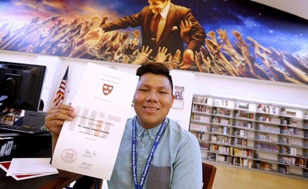 Joven mexicano es aceptado en 7 de las mejores universidades de EU