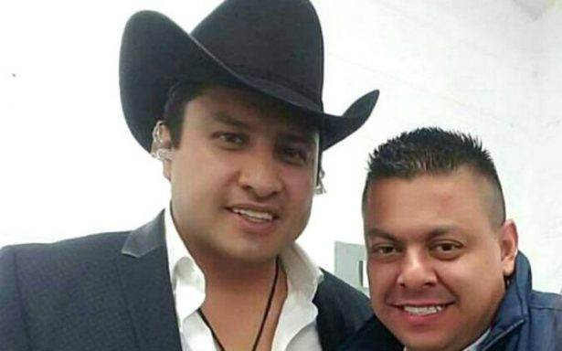 Critican a jefe policíaco por tomarse foto con Julión Álvarez