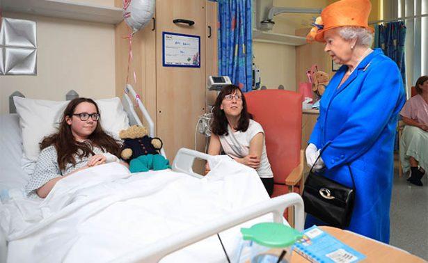 Reina Isabel visita a menores heridos en hospital infantil de Manchester