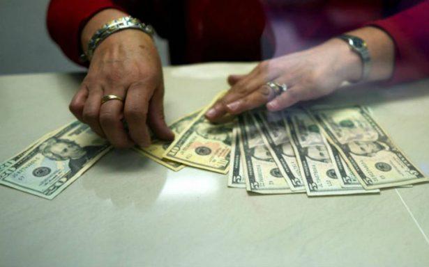 Dólar se vende en 17.95 pesos en el Aeropuerto de la CDMX