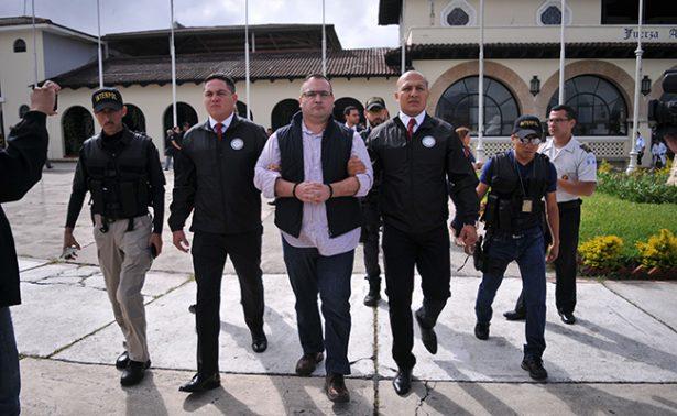 Por una sopa de verdura, Javier Duarte pausa su huelga de hambre