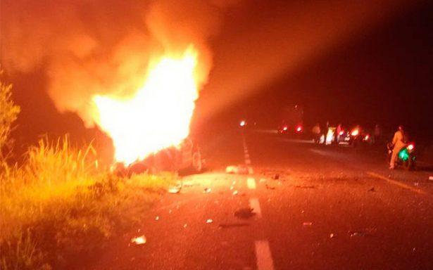 Mueren calcinados al chocar con camioneta en Tabasco