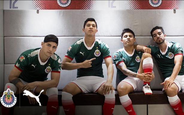 Chivas presenta uniforme conmemorativo tricolor