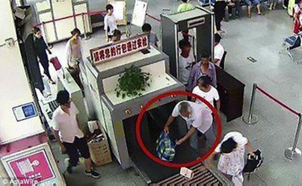 Detienen a chino por viajar con dos brazos humanos en su maleta