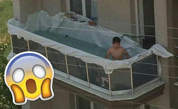 Niño desata polémica en Twitter por piscina improvisada en un balcón