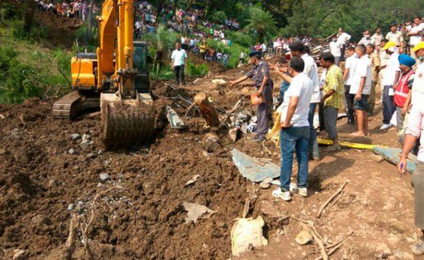 Alud en India arroja al precipicio a dos autobuses y mueren 45 personas