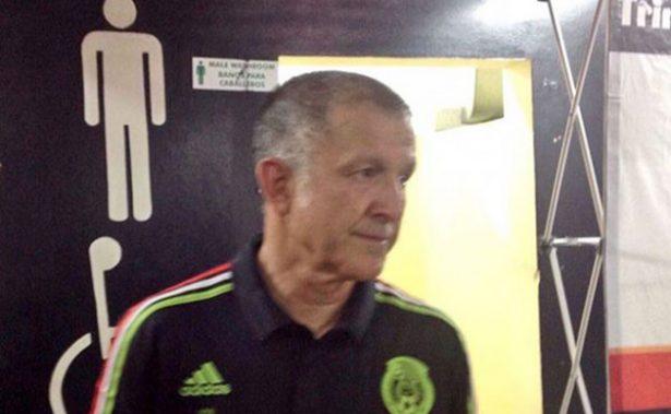 ¡Otro que se rapa! Juan Carlos Osorio cumple su apuesta