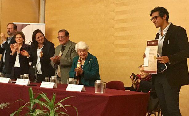 """Escritor Javier Peñalosa recibe Premio de Poesía """"Joaquín Xirau"""""""