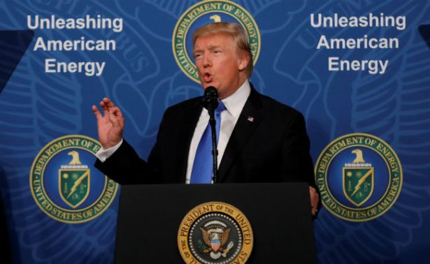 """Trump anuncia construcción de oleoducto hacia México, """"va por debajo del muro"""""""