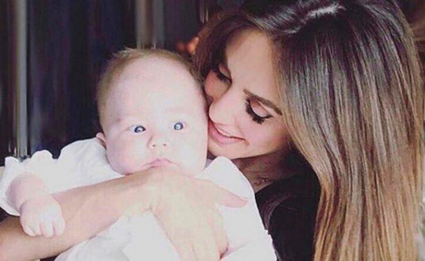 Anahí enternece las redes sociales al cantarle a su bebé