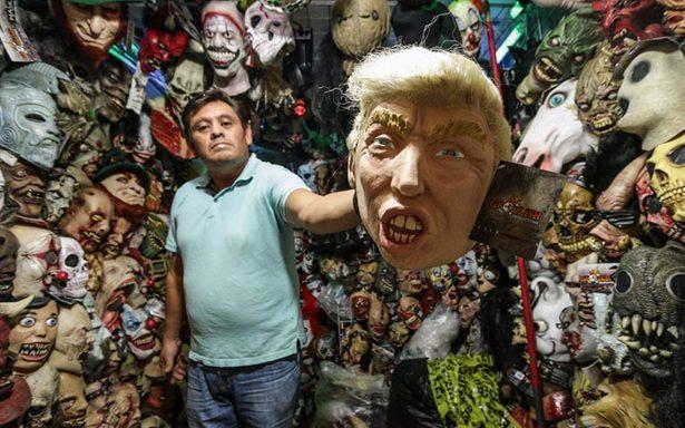 ¡De terror! Trump y su peinado la máscara más buscada para Halloween