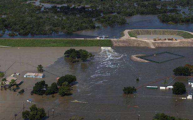 Principal refinería de EU cierra totalmente por inundaciones en Texas