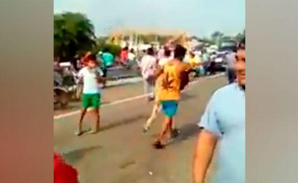 Pobladores de Tabasco descuartizan ganado de camión volcado