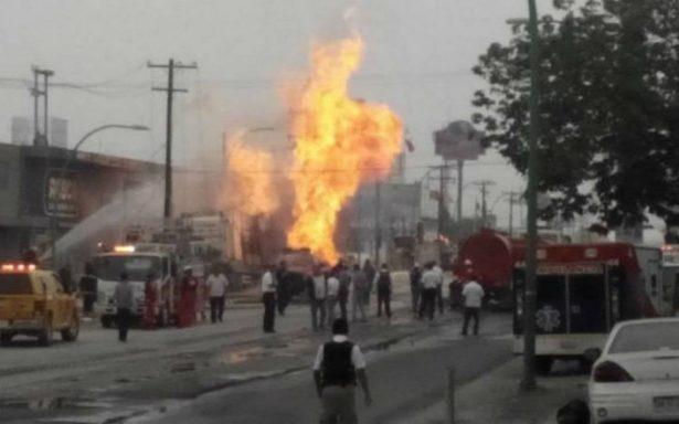Fuego destruye nave industrial, hay un bombero muerto