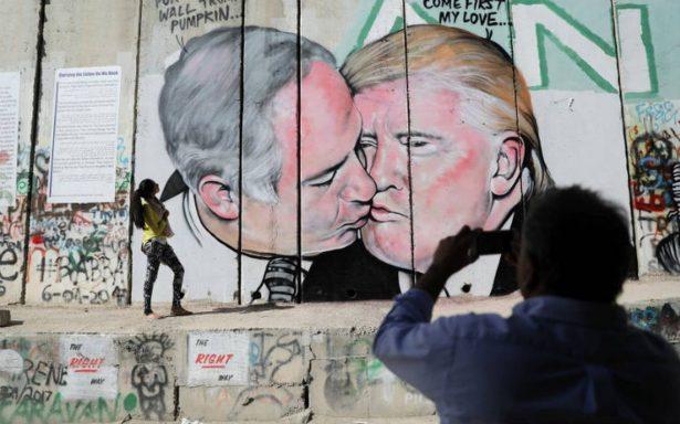 ¿Trump y Netanyahu se reconcilian? Aparecen en un grafiti besándose