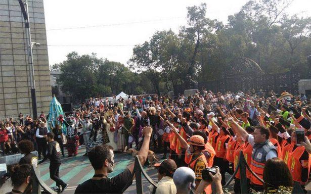 Con el puño en alto recuerdan a las víctimas del #19s durante Desfile de Día de Muertos