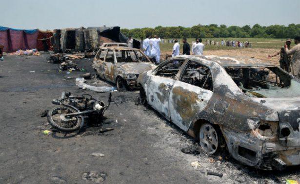 Sube a 149 cifra de muertos por explosión de camión cisterna en Pakistán