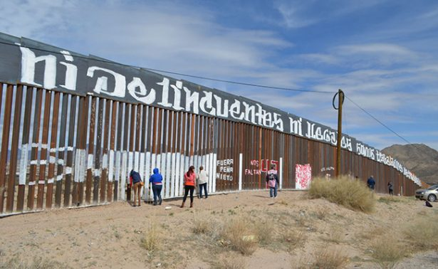 Colocan letrero en muro fronterizo y parodian a Trump