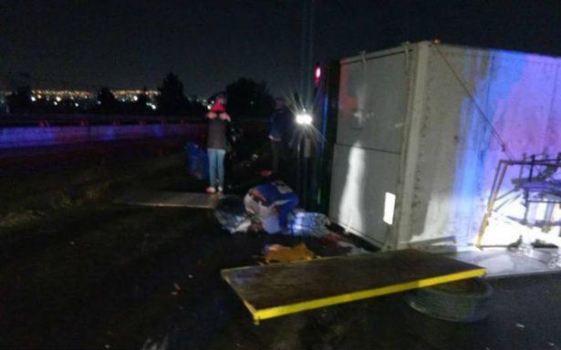 Volcadura de un camión en Ecatepec deja un menor muerto