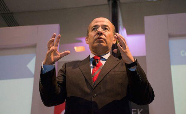 Activistas irrumpen conferencia de Felipe Calderón en Cancún